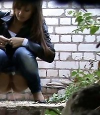 Hottie pissing outdoors like it
