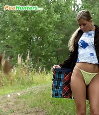 Hot lass tinkles outdoors with her yummy ass bare