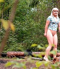 Hot redneck blondie makes a piss fountain alfresco