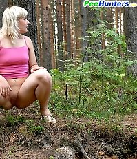 Blonde ho lets out a huge spray of steamy piss