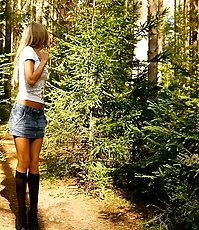 Blonde puss with gorgeous body pees on forest path